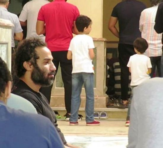 أحمد فهمي متأثر بشدة في جنازة والد أكرم حسني