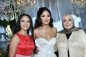 العروس ووالدة العروس وشقيقتها