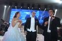 الفنان عمرو دياب والعروسان