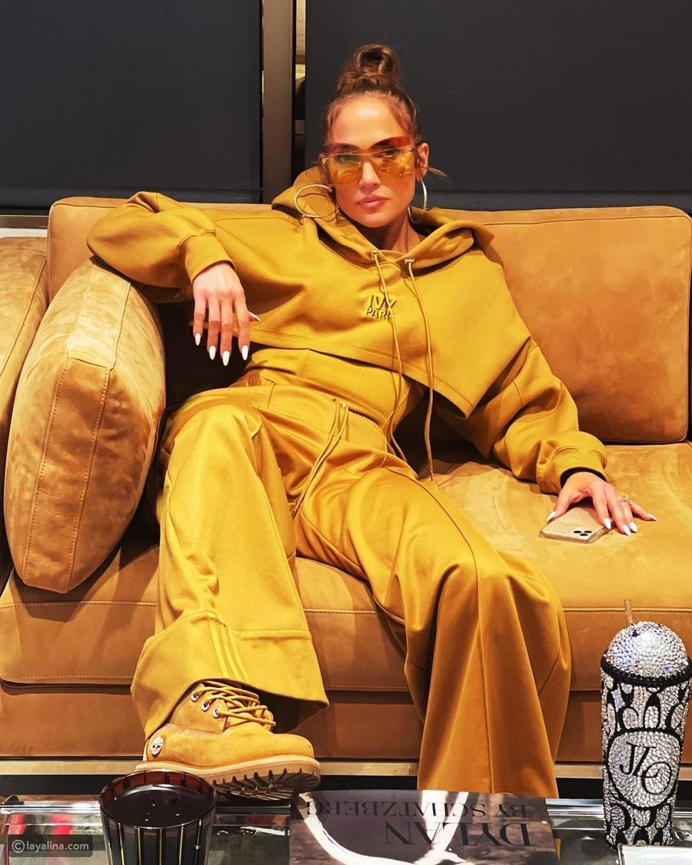 جينيفر لوبيز بإطلالة ذهبية