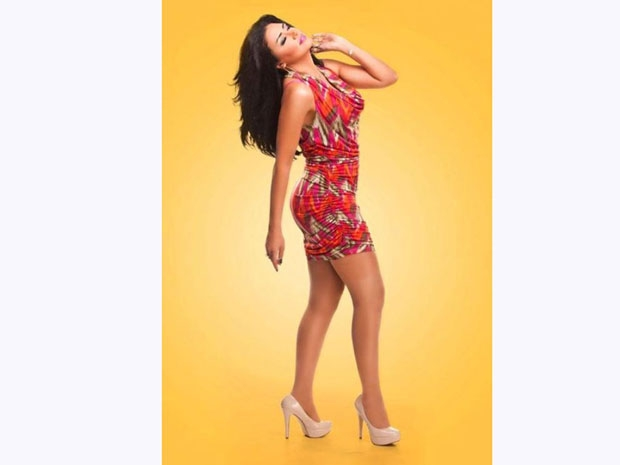 رانيا يوسف تحب ارتداء الفساتين المجسمة التي تبرز رشاقتها