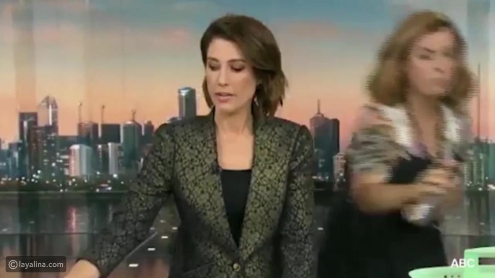 تعرضت مذيعة تليفزيونية لموقف محرج للغاية خلال نقلها لنشرة الأخبار على الهواء مباشرة، عندما فوجئت بتصرف مصففة الشعر التي ظهرت أمام الكاميرات.
