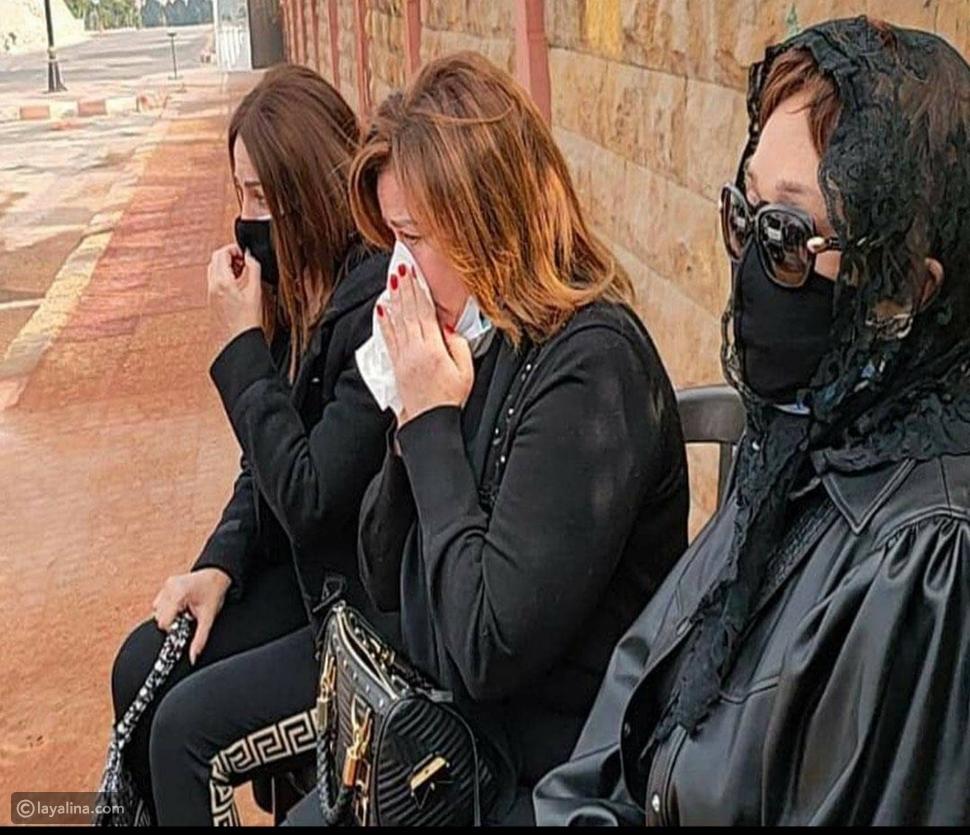 أرملة وحيد حامد تلقي نظرة وداع أخيرة على جثمانه ومشاهد حزينة من جنازته