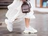 جينيفر لوبيز تقف ببساطة في طابور متجر Gucci ببنطال له سعر خيالي