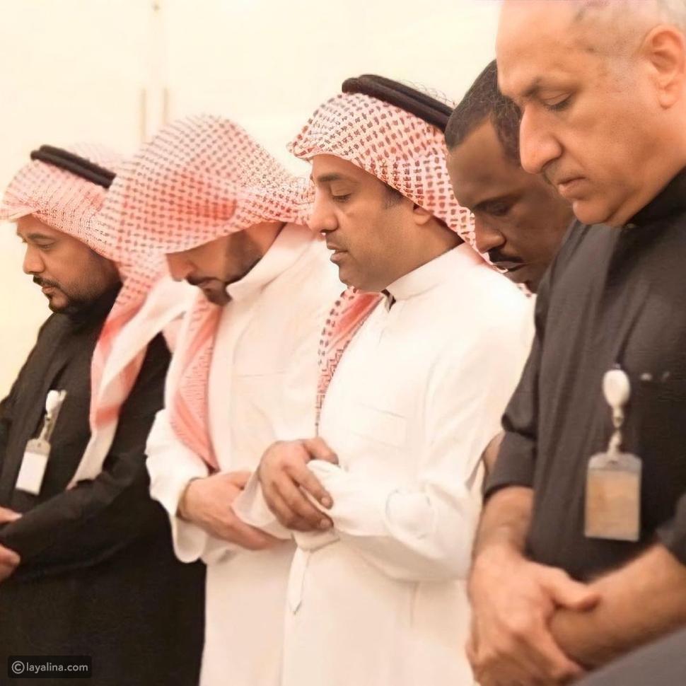 راشد الماجد خلال صلاة جنازة والدته