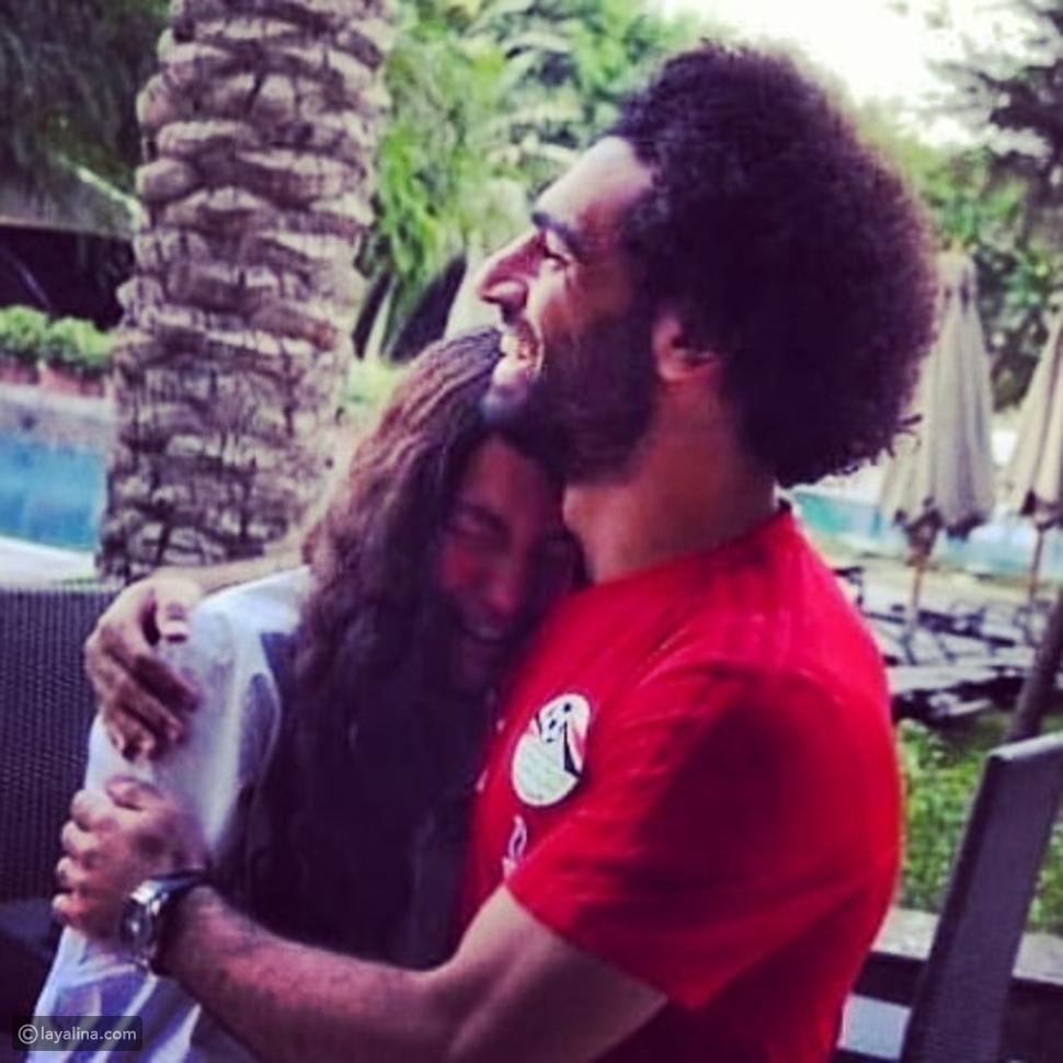 محمد صلاح يحتضن فتاة مراهقة