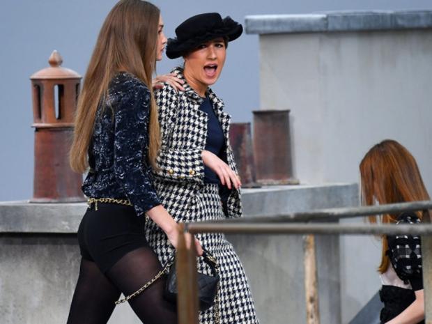 فيديو: بجرأة شديدة فتاة تقتحم عرض أزياء شانيل لربيع وصيف 2020 في باريس