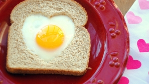 أفكار سهلة لفطور رومانسي للشريك في يوم الفالنتاين