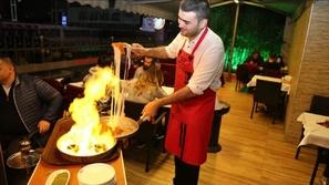 فيديو الشيف بوراك يصنع هرماً ضخماً من الكنافة بالفستق: ألذ حلوى برمضان