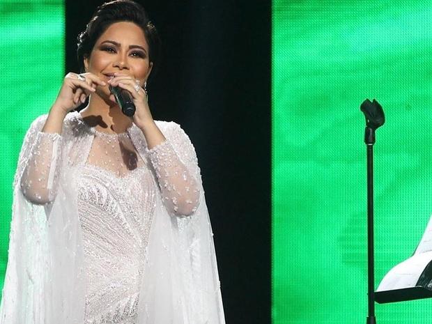 فيديو شيرين عبد الوهاب تفقد أعصابها على المسرح وتجهش بالبكاء.. والسبب!