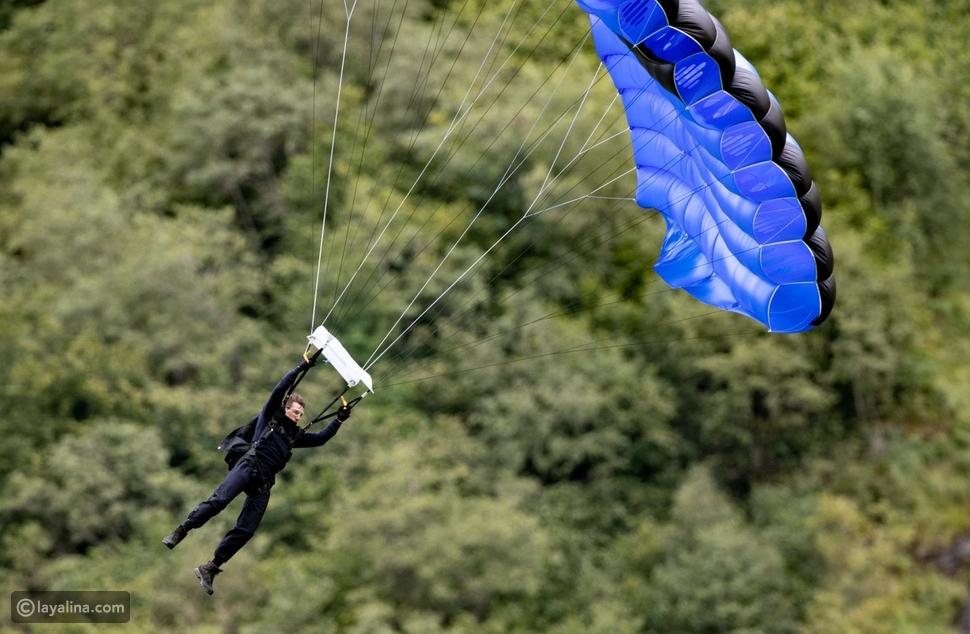 توم كروز يقفز من قمة جبل في أخطر مشاهد الأكشن
